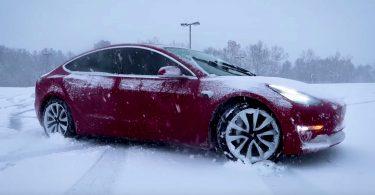 Tesla Model 3 перетворили на всюдихід на гусеничному ходу [ВІДЕО]