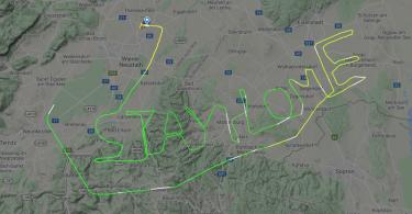 Пілот пролетів у вигляді напису «Залишайтеся вдома» для боротьби з COVID-19