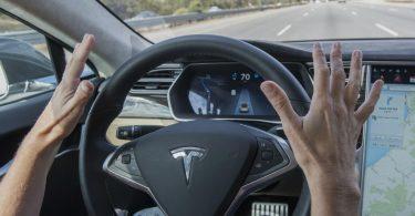 Tesla скоро зможуть обходитися без водія - Маск