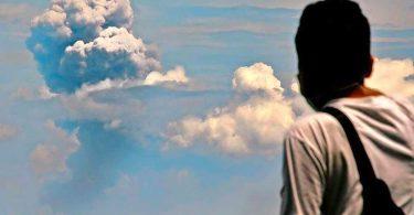 Як вивергається вулкан Анак-Кракатау: розпечений дощ з магми