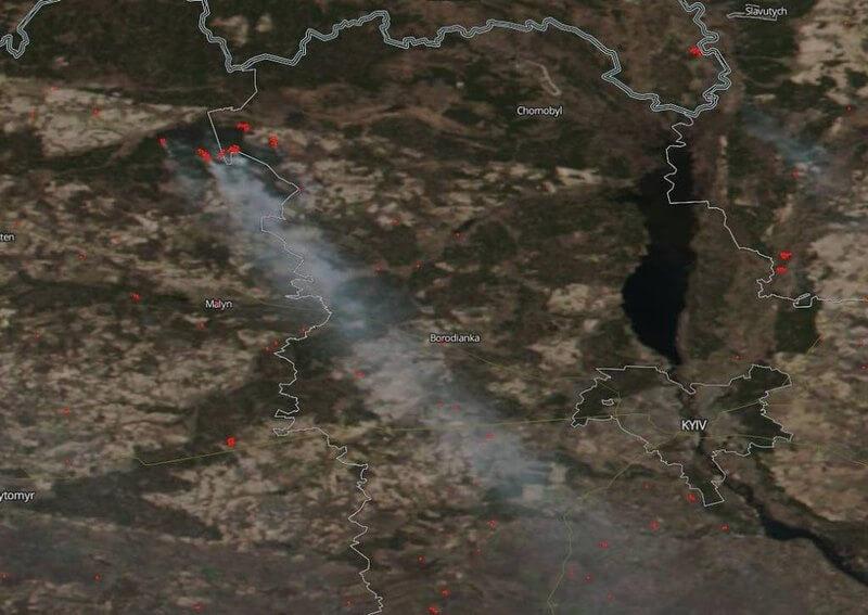Вид на пожежу біля Чорнобильської АЕС з космосу