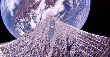 Земля на тлі сонячних вітрил: приголомшливі знімки