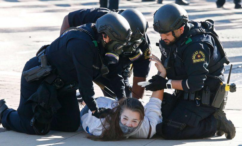Затримання учасниці протесту в Далласі, штат Техас