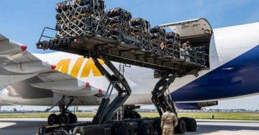 Javelin завантажили в літак для відправки в Україну