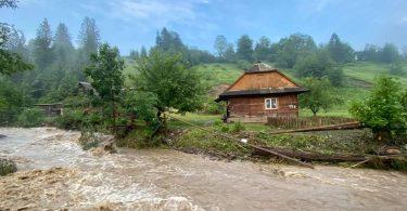 Через сильну зливу на Закарпатті знову піднялася вода
