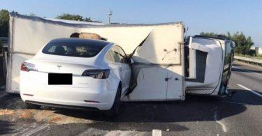 Автопілот Tesla став причиною аварії за участю електрокара Model 3 [ВІДЕО]