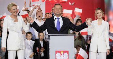 Екзит-пол показує перемогу Дуди на виборах президента в Польщі