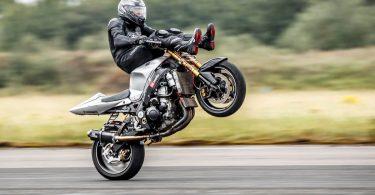 Мотоцикліст встановив рекорд швидкості по їзді на задньому колесі, сидячи ногами вперед