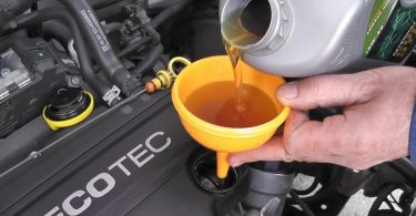 Наскільки небезпечно, якщо залив масло в двигун авто вище норми