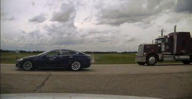 Tesla на автопілоті розігналася до 150 км / год, поки водій спав