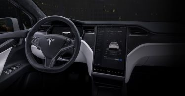 Камеру в салоні Tesla навчили стежити за водіями