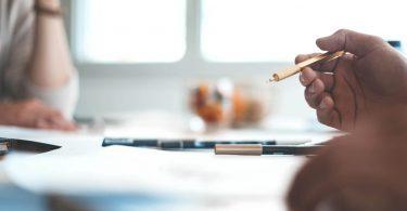 Вчені з'ясували, що краще - друкувати або писати текст від руки