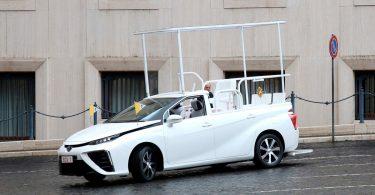 Новим автомобілем Папи Римського став водневий седан Toyota