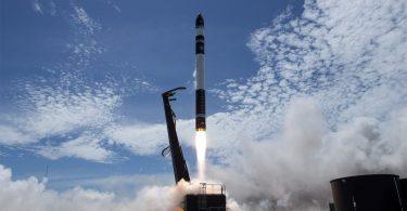 Rocket Lab успішно запустила свою альтернативу ракетам Ілона Маска [ВІДЕО]