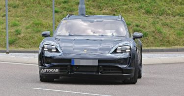 Відео: Porsche Taycan не впорався з паркуванням і впав з висоти кількох метрів