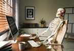 Скелет за комп'ютером