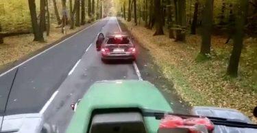 Конфлікт водія й тракториста на дорозі обернувся передбачуваним фіналом