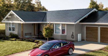 Відео: дах з сонячними панелями Tesla сам позбавляється від снігу