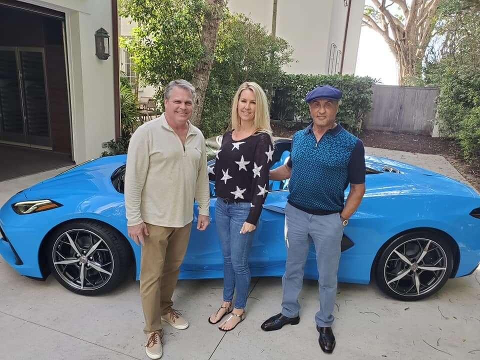 Сильвестр Сталлоне, Бо Тріветт і його дружина на тлі нового Chevrolet Corvette C8