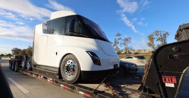 Шпигуни сфотографували новий прототип безпілотної електровантажівки Tesla Semi