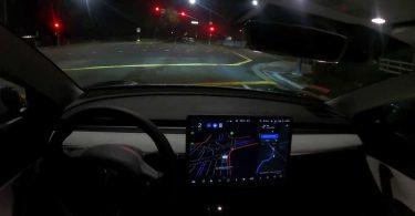 Відео: Tesla з новим автопілотом пересувається вночі по жвавих вулицях