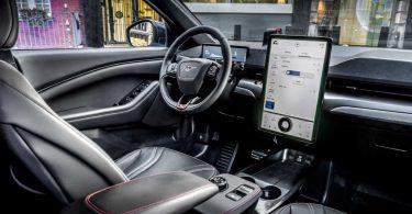 Ford хоче запатентувати технологію показу реклами в машині