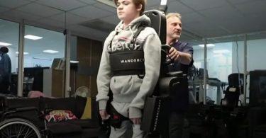 Батько повернув синові здатність ходити за допомогою екзоскелета [ВІДЕО]