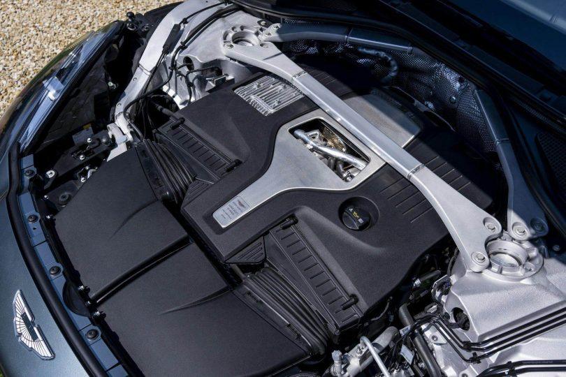 Двигун Mercedes-AMG V8 під капотом