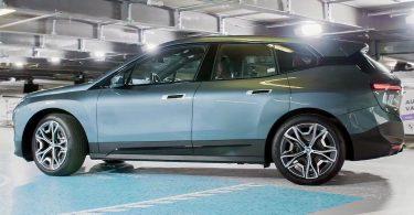 Відео: подивіться, як безпілотний BMW iX сам паркується, заряджає акумулятори та відвідує автомийку