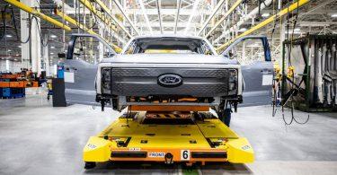 Tesla знову позаду: Ford запустив збірку електропікапов F-150 Lightning